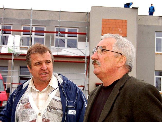 Další kontrolní den se včera uskutečnil v rámci patnáctimilionové investice v areálu základní školy Hrádku. Starosta Jaroslav Perlík (vpravo) se zde v doprovodu stavbyvedoucího Jaroslava  Štvána přesvědčil, že termín dokončení začátkem prosince je reálný.