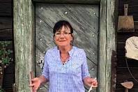 Stále neodbytněji si říkala, že vitráže jsou možná málo a že by bylo hezké, aby se lidé dozvěděli o kostele víc. Třebaže leccos už návštěvníkům odvyprávěla a připojila i něco o historii a životě v Mešně, myšlenka ji nenechávala v klidu. Netrvalo dlouho a