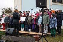 Adventní trhy přilákaly do Mirošova stovky návštěvníků. Během odpoledne zazpívaly děti z mirošovské devítiletky, mateřinky a studenti z Rokycan.