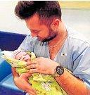 DOMINIK BRONz Volduch se narodil 15. ledna v 18:46 hodin v porodnici v Hořovicích. Jeho porodní míry činily 3 810 gramů a 51 cm. Tatínek Jan, fotbalista TJ Volduchy, byl na sále svojí ženě Lucii velkou oporou.