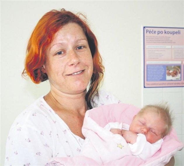 Bára PAŠKOVÁ z Mýta bude mít ve svém rodném listu datum narození 30. června. Přišla na svět hodinu a 17 minut po půlnoci. Maminka Renata a tatínek Petr věděli, že jim k prvorozenému Prokopovi (3 roky) přibude malá holčička. Malá Bára se narodila s mírami