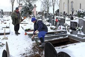 Milan Kučera s manželkou Janou se hrobnickému řemeslu věnují už více než třicet let.