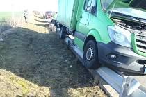 Dodávka při nehodě poškodila billboard a zastavila až na svodidlech