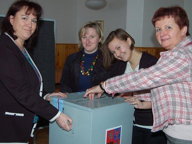 Střapole. Právě se zavřely dveře volební místnosti ve Střapoli a zapisovatelka Iveta Radová, předsedkyně Eva Šimanovská i Bára Klausová s maminkou Vlastou (zleva) se ujímají součtu hlasů ve 2. kole prezidentských voleb.