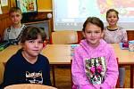 Ve veselské malotřídce se včera kluci a děvčata učili normálně. Bylo mezi nimi osazenstvo třetí třídy pod dohledem ředitelky Dany Pavlovské. Foto Deník/Václav Havránek