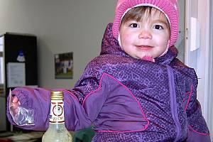 Rokycanská rodina měla příchod roku 2010 pokažený. Ve vaječném koňaku  od firmy  z Jindřichova Hradce objevil konzument včas zubní korunku. V pondělí se s ní pochlubila malá Renátka.