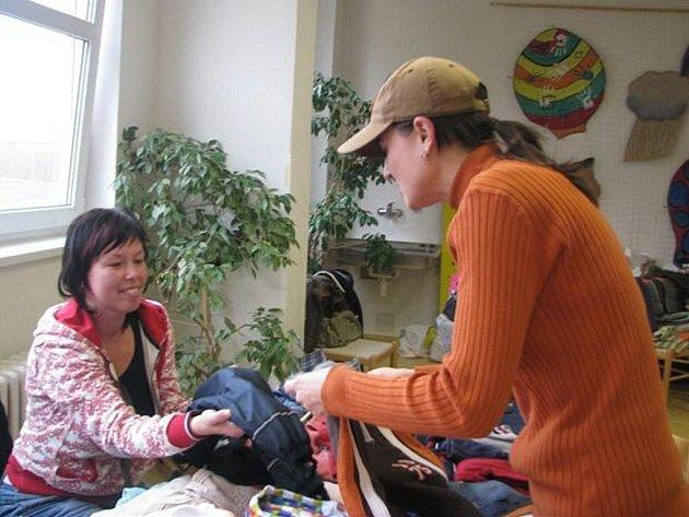 V sobotu dopoledne se Dům dětí a mládeže Rokycany proměnil v tržiště. Stolky zaplnilo dětské oblečení a další věci pro nejmenší.