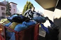 PRACOVNÍCI Obecního úřadu z Kamenného Újezdu včera dorazili do redakce Rokycanského deníku, aby naložili další nasbíraná víčka od čtenářů. Dnes tři takové kontejnery putují za Prahu.