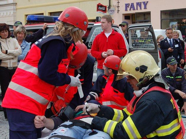 Atraktivní podívanou pro desítky obyvatel a návštěvníků Rokycan připravili ve středu profesionální záchranáři. Čtvrtý ročník Memoriálu Jindřicha Šmause se týkal hasičů a zdravotníků, kteří zasahovali při věrohodně vyhlížejících haváriích aut.