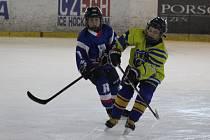 Hokejoví čtvrťáci HC Rokycany (v modrém) si mohou po nářezu s Třemošnou (3:15) spravit chuť v neděli ráno s Klatovy. Začátek je už v devět hodin.