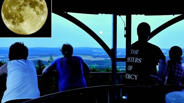 Na Kotel vyrazilo v neděli pozorovat mimořádnou astronomickou událost sedm nadšenců. Ti vydrželi na rozhledně, i přes stále silnější vítr, až téměř do tmy. V podstatě jasná obloha umožnila, do jisté míry, ojedinělý pohled.