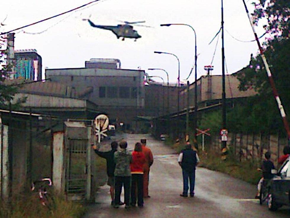 V hrádeckých železárnách byli ve čtvrtek při výbuchu vážně popáleni čtyři muži. V neděli zemřel po zásahu elektrickým proudem údržbář.