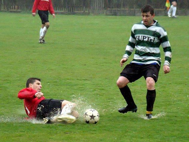 V  utkání okresního přeboru mužů utrpěli fotbalisté Cheznovic debakl 0:6 s rezervou FC Rokycany. Hostům hrálo do not odložení zápasu přeboru kraje s Tachovem, mohli se posílit. S vodou se aktéři rvali statečně.