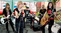 Skupina Chicken Hell se představila při Dnu Radnic. Tvoří ji Alžběta Janáková (akustická kytara), Veronika Zímová (elektrická kytara), Kateřina Černá (zpěv), Adéla Machová (baskytara) a Jakub Kadeřábek (bicí).