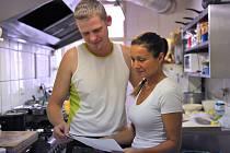 Kuchař Tomáš a servírka Vlaďka naposledy kontrolují speciální tří jazyčné menu, které bylo sestaveno na míru návštěvníkům letošního Fluff festu.