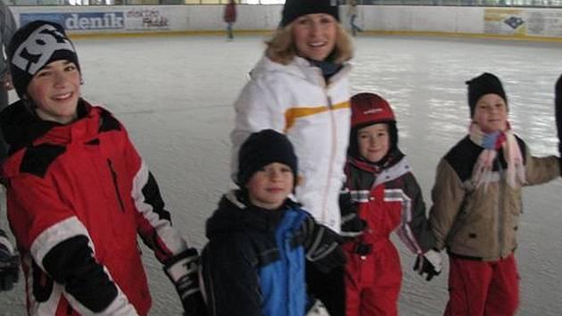 První den jarních prázdnin využilo hodně dětí k zimním radovánkám. Na rokycanském zimním stadionu se po ledové ploše prohánilo mnoho nadšenců v rytmu hudby.