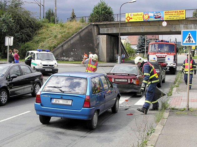 V ulici Šťáhlavská se srazila tři osobní auta, na místo dorazila směna HZS z Komenského ulice.
