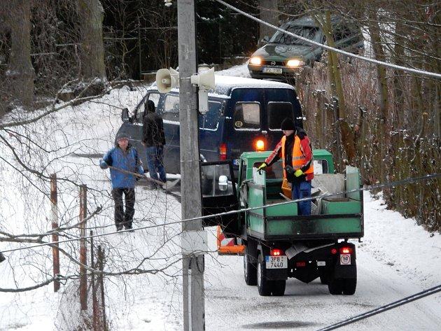 LOPATY A POSYPOVÝ materiál zachraňoval situaci včera ráno v Mirošově Janově. Zkratka na Hrádek se tak některým motoristům časově protáhla.