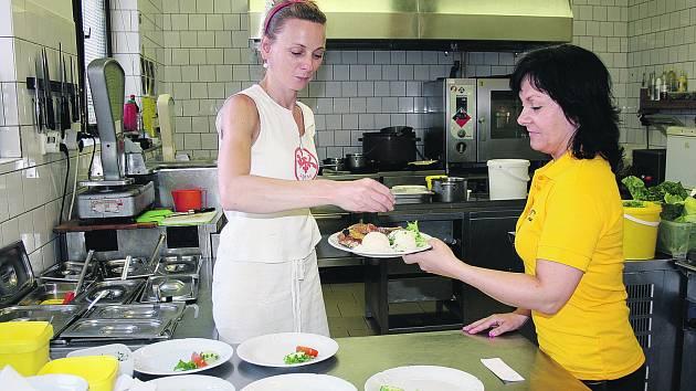 V RESTAURACI Corso včera horka decimovala i kuchařku Růženu Tarachaničovou. Na snímku je při výdeji hotových jídel zachycená s Ivetou Vašíčkovou.
