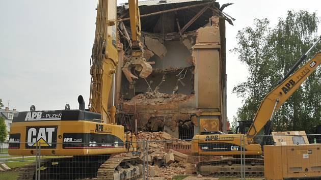 Bourání bývalého vojenského objektu začalo.