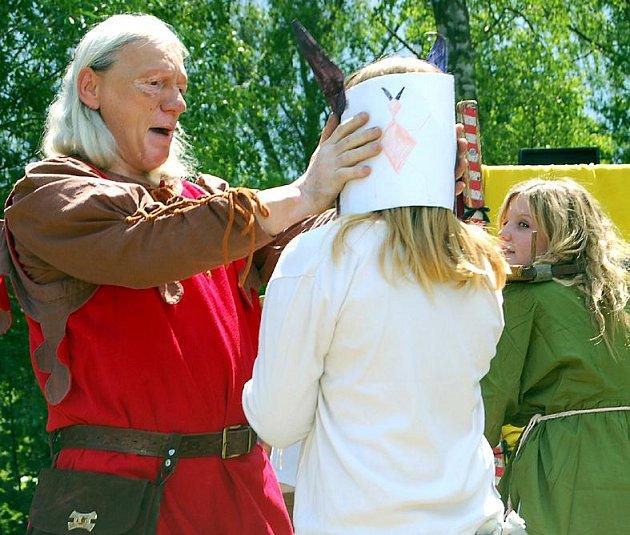 Středověká mučení. Členové souboru od Mělníka připomněli, jak vypadalo trýznění neposlušných žen před mnoha stoletími. Na improvizovaném pódiu se střídali s dalšími soubory historického šermu.