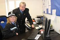 HANA BIALOŇOVÁ A JOSEF AUBRECHT patří do tříčlenného týmu městských strážníků v Mýtě, Holoubkově a Medovém Újezdu. Včera představili kolegům i hostům novou úřadovnu v sousedství mýtského úřadu.