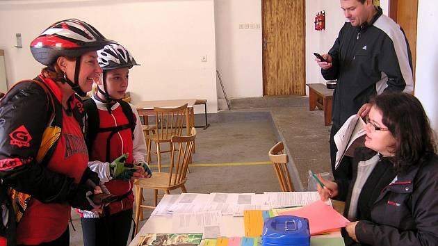 LENKA (vlevo) a Tereza Hanzlíková z Rokycan přijely v sobotu, aby se zúčastnily cykloturistické akce, kterou podruhé pořádali mirošovští hasiči společně s Najednelodi.cz