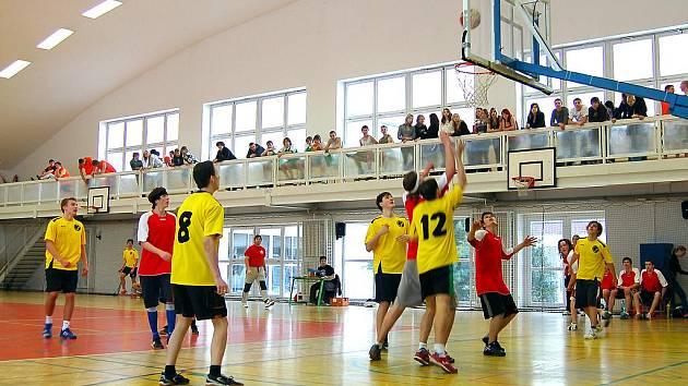 Souboj školních družstev  v okresním  přeboru  basketbalu středních škol ovládli rokycanští gymnazisté , kteří nenašli v žákovském turnaji soupeře, jenž by jim mohl být konkurentem. Ondřej Rédl s dvanáctkou na zádech odehrál velice kvalitní  zápas