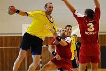 O polovinu branek SK Praha 4  se v druholigovém duelu na rokycanské palubovce postaral zkušený ůta (vlevo). Takhle ho bránil Tomáš Kozler.