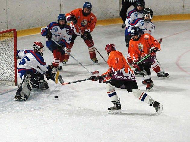 Nadějně pro domácí se začalo vyvíjet utkání hokejových sedmiček, když v 9. minutě první třetiny rokycanský Patrik Šafránek (17 - v popředí) překonal strakonického Patrika Řežábka. Radovali se však Jihočeši (2:5).