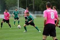 FC ROKYCANY TJ SOKOL ČÍŽOVÁ 5:2 (1:2). Michal Černý proti růžové přesile, v pozadí je Pavel Grambal.
