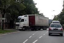 Nehoda nákladního vozidla v Plzeňské ulici v Rokycanech zkomplikovala dopravu.