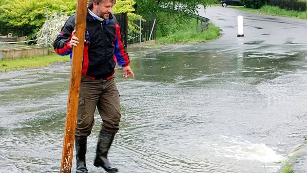 Voda opět zahrozila. O její síle svědčí i kmen unášený vodou Padrťského potoka v Dobřívě. Deště zvedly hladiny a lidé se obávají. Voda si razila cestu i jinudy, třeba kanalizační vpustí v Pavlovsku (na snímku).