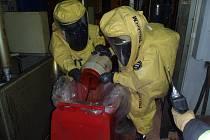 Izokyanát likvidovali hasiči ve Volduchách ve speciálních oblecích a dýchacích přístrojích.