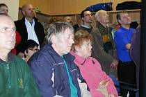 Protichůdné zájmy přivedly ve středu odpoledne více než stovku lidí, obyvatel rokycanské lokality pod polesím Čilina a majitelů tamních pozemků, do zasedací síně radnice.