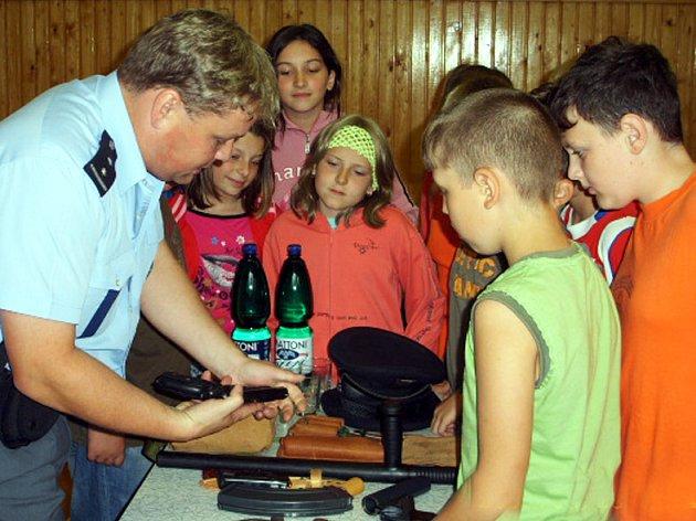 Policisté z obvodního oddělení ve Zbiroze navštívili školáky místní devítiletky.