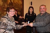 KAREL BENDA Z NEVIDU byl jedním z jedenácti pozvaných statečných mužů, kteří mají na kontě minimálně 80 odběrů krve! V pondělním podvečeru mu představitelka oblastního spolku Českého Červeného kříže Ivana Bouchnerová předávala Zlatý kříž 3. stupně.