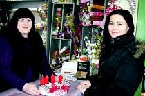 Adventní věnec si v rokycanském květinářství u Zdeňky Hacaperkové (vlevo) nechala vyrobit také Jiřina Bezdíčková. Mnoho obyvatel z různých koutů okresu vzalo v tuto dobu obchody útokem. Domácí výroba této výzdoby totiž pomalu upadá.