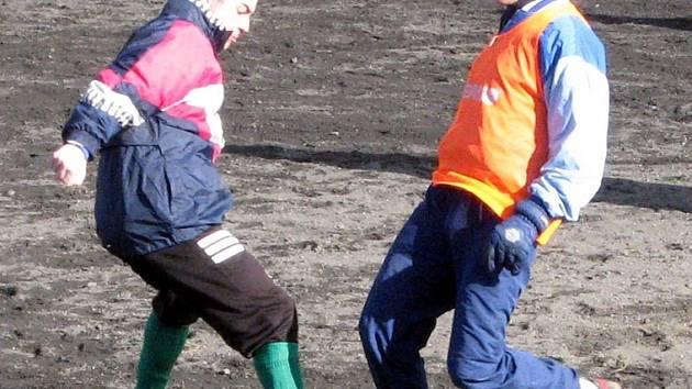 Čechie Příkosice, vedoucí tým 1. B třídy skupiny C, má za sebou první trénink. Uskutečnil se v sobotu na náhradním hřišti SK Plzeň. Na snímku jsou Luděk Jandoš a Pavel Komanec.