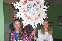 Mirošovská děvčata s jedním ze soutěžních výrobků.