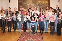 Vítání nedávno narozených dětí se po produkci umělců z Malého Rokytí ujal starosta Václav Kočí a asistovala mu matrikářka Eva Špelinová.