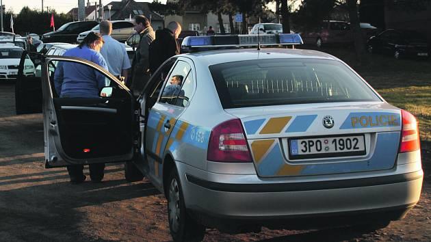 Policisté vyšetřující loupežné přepadení.