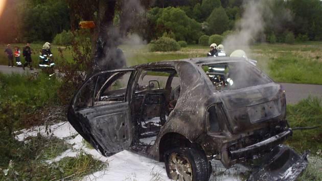 ZE ŠKODY FABIA toho po sobotní nehodě na silnici z Hůrek do Svojkovic moc nezbylo. Profesionální a dobrovolní hasiči několika jednotek se věnovali spíše dohašení auta. Tři pasažéři byli naštěstí vyproštěni včas.