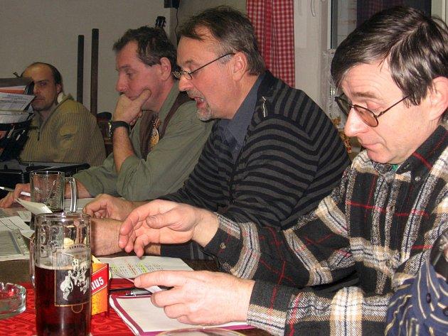 Na výroční schůzi nohejbalového klubu nechyběli ani (vzadu) revizor Miroslav Kešner, hospodář Zdeněk Šebele, předseda Jiří Holub  a Miroslav Beránek (zleva).