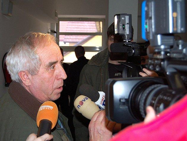 Hodně rušno bylo v pondělí před jednací místností rokycanského soudu. Emil Starinský z Přeštic tu byl uznán vinným v případě tragické nehody mezi okycany a Šťáhlavy. Přede dvěma lety tu zemřely tři nevinné ženy.