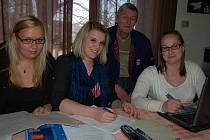 Do volební místnosti v Hůrkách dorazilo v sobotu téměř 62 procent obyvatel obce. Vybírali nové zastupitele a starala se o ně 5 členná komise. Předsedkyní byla Kateřina Černá (uprostřed). Vlevo je Eliška Urbanová, vpravo Blanka Spálenková a Jan Meluzín.