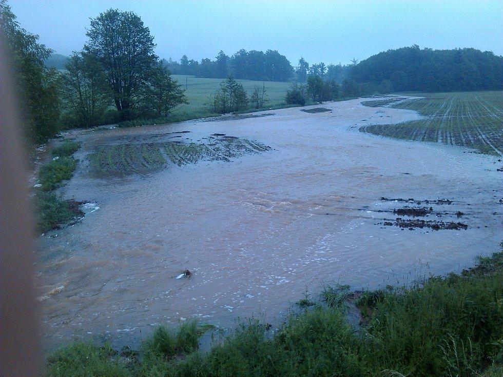 Za Příkosicemi (ve směru na Lučiště, poblíž chaty Bláži) se vylil rozvodněný potom do pole.