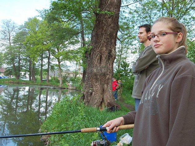Mezi mladými rybáři při soutěži na Ježku byly v sobotu i dvě dívky. Lucie Balážová dorazila z Hrádku.