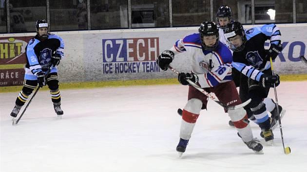 Hokejoví dorostenci HC Rokycany (v bílých dresech při vítězném utkání s Litvínovem B v poměru 4:2) se rozjedou v neděli do Karlových Varů za rezervou Energie.
