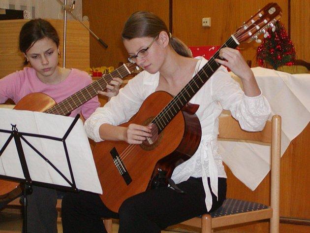 Kytarový koncert v podání žákyň ZUŠ Bedřicha Smetany Plzeň potěšil dárce krve v Rokycanech.